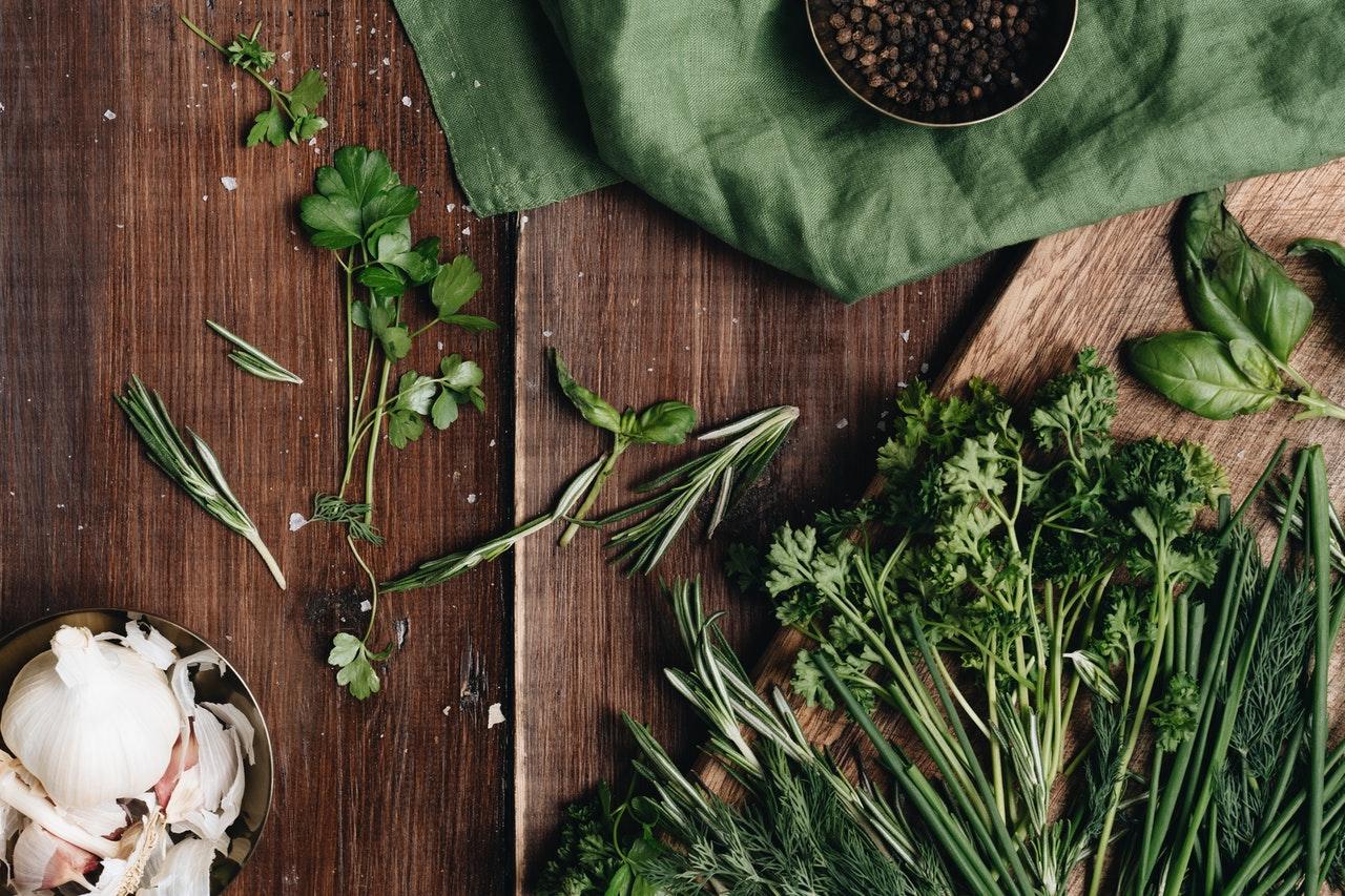 Como plantar ervas aromáticas num frasco com água