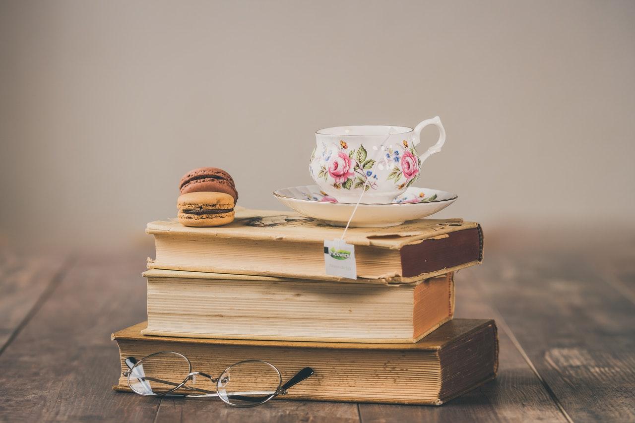 Livros e chávena de chá